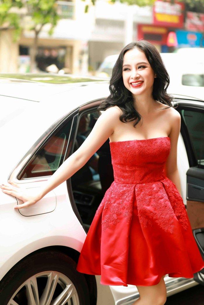 Angela Phuong Trinh khoe vai tran, Mau Thuy mac kin mit sam do di du lich Tet hinh anh 1