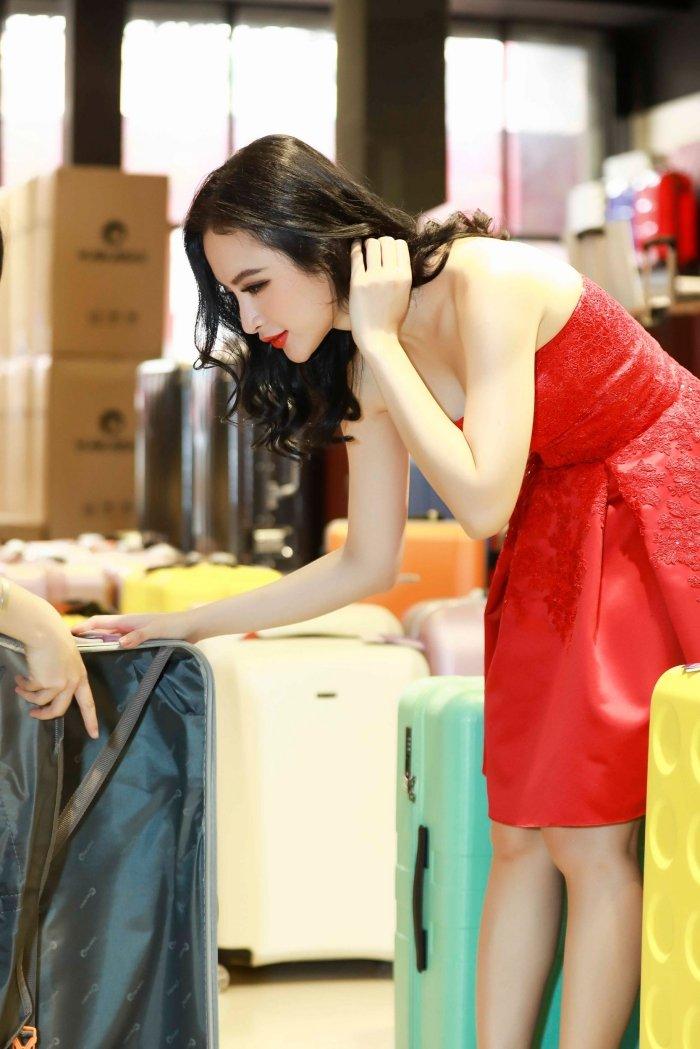 Angela Phuong Trinh khoe vai tran, Mau Thuy mac kin mit sam do di du lich Tet hinh anh 6