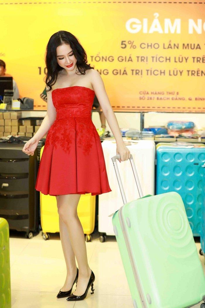 Angela Phuong Trinh khoe vai tran, Mau Thuy mac kin mit sam do di du lich Tet hinh anh 2