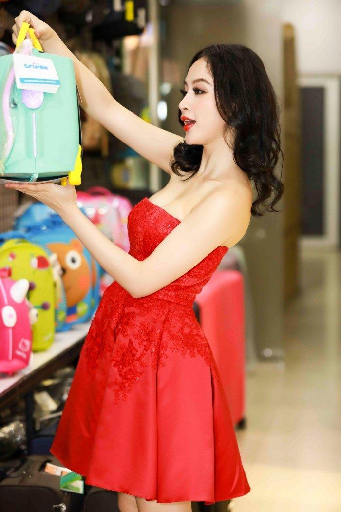 Angela Phuong Trinh khoe vai tran, Mau Thuy mac kin mit sam do di du lich Tet hinh anh 3