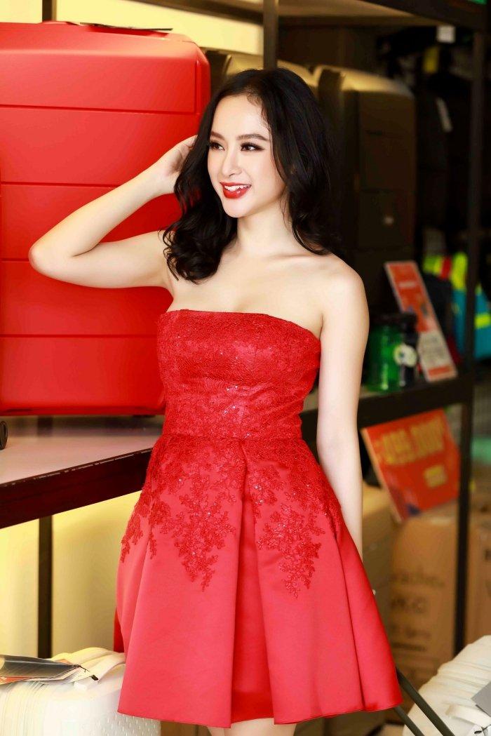 Angela Phuong Trinh khoe vai tran, Mau Thuy mac kin mit sam do di du lich Tet hinh anh 4