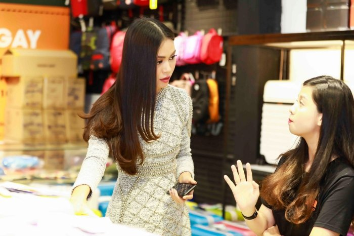 Angela Phuong Trinh khoe vai tran, Mau Thuy mac kin mit sam do di du lich Tet hinh anh 7