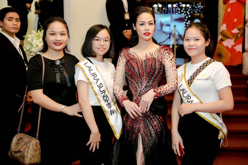 Nhat Kim Anh do nhan sac sexy cung Hoa hau Hang Nguyen, A hau Lien Phuong hinh anh 2