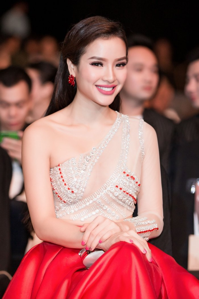 Phuong Trinh Jolie khoe kheo nguc day, eo thon voi vay cat xe goi cam hinh anh 9