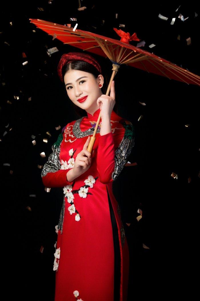 A hau Thai My Linh dien ao dai ruc ro don xuan hinh anh 6