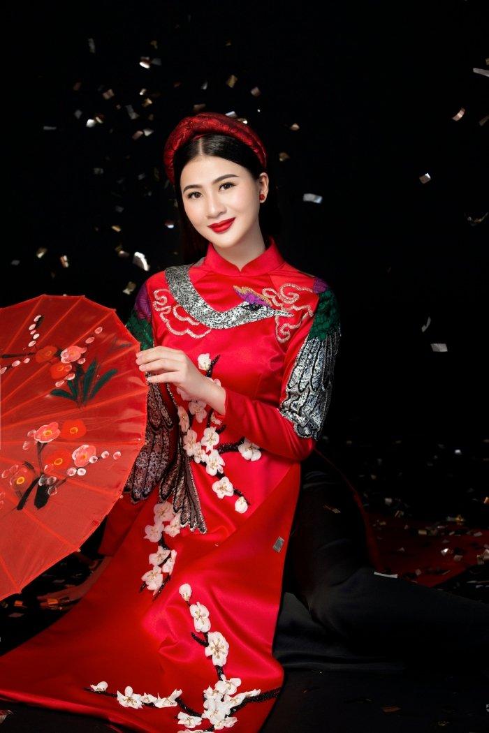 A hau Thai My Linh dien ao dai ruc ro don xuan hinh anh 8