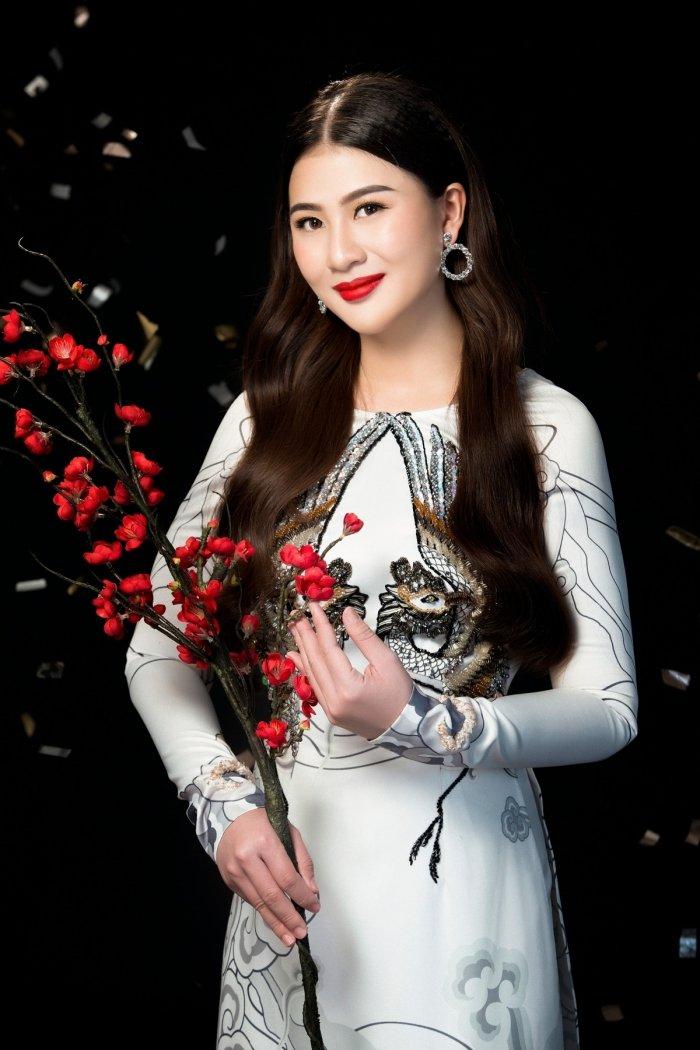 A hau Thai My Linh dien ao dai ruc ro don xuan hinh anh 9