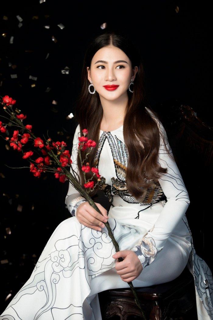 A hau Thai My Linh dien ao dai ruc ro don xuan hinh anh 11