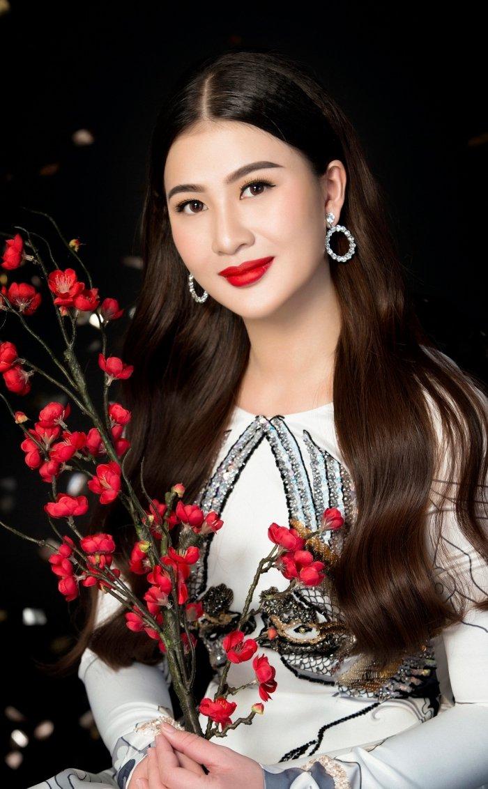 A hau Thai My Linh dien ao dai ruc ro don xuan hinh anh 12