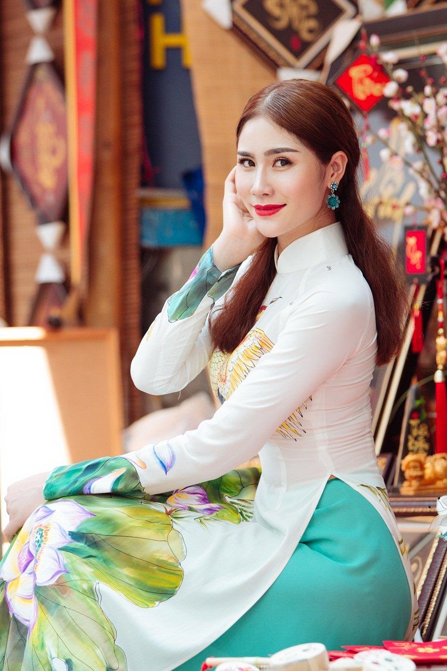 A hau Hoang Hanh: 'Lan dau xa nha dip Tet den, toi tui than muon khoc' hinh anh 3