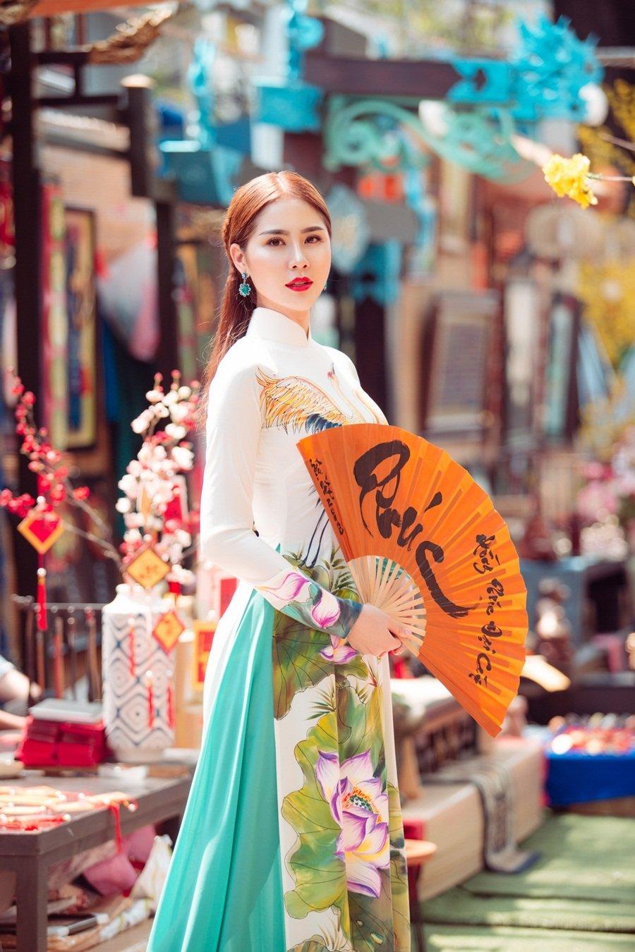 A hau Hoang Hanh: 'Lan dau xa nha dip Tet den, toi tui than muon khoc' hinh anh 9