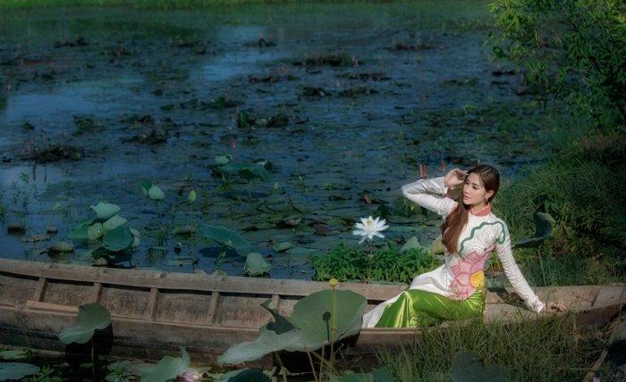 A hau Hoang Hanh dien ao dai khoe nhan sac ruc ro ngay dau nam moi hinh anh 1