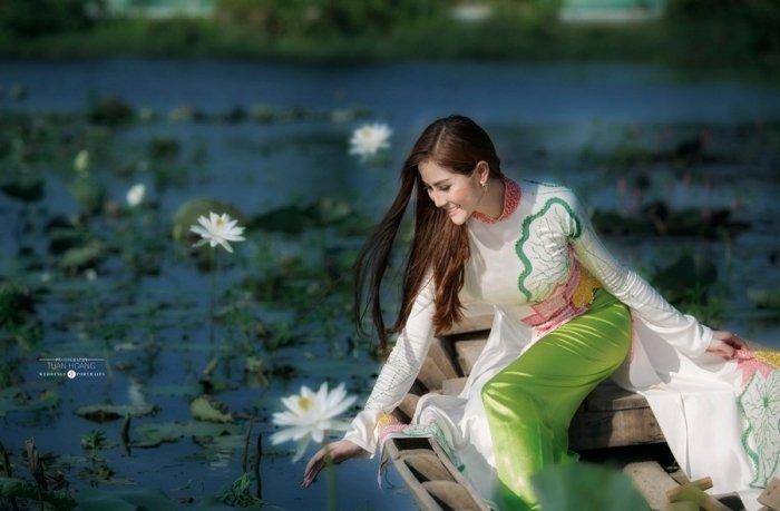 A hau Hoang Hanh dien ao dai khoe nhan sac ruc ro ngay dau nam moi hinh anh 2