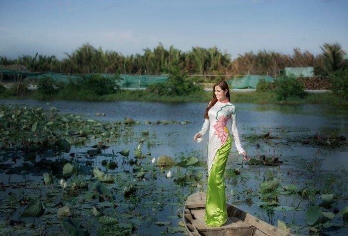 A hau Hoang Hanh dien ao dai khoe nhan sac ruc ro ngay dau nam moi hinh anh 3