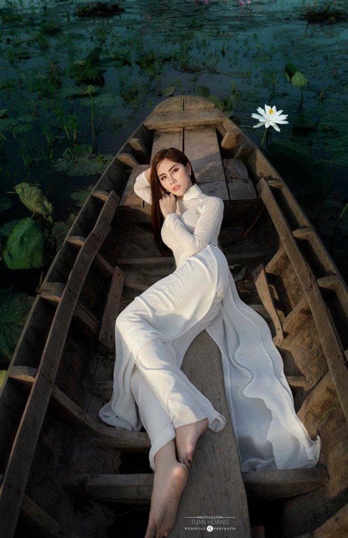 A hau Hoang Hanh dien ao dai khoe nhan sac ruc ro ngay dau nam moi hinh anh 6
