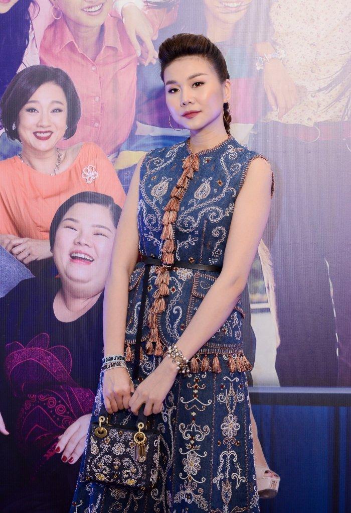 Thanh Hang dien vay nua ty dong, lan at loat my nhan sexy tren tham do hinh anh 1