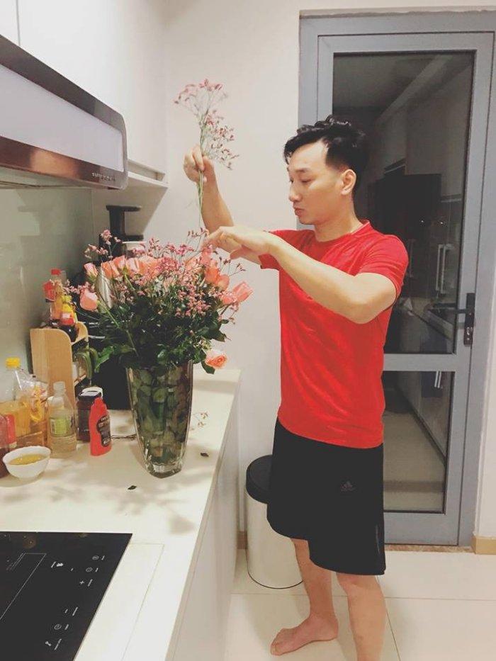 MC Thanh Trung khien hoi chi em 'lim tim' khi tu tay cam hoa tang vo ngay 8/3 hinh anh 2