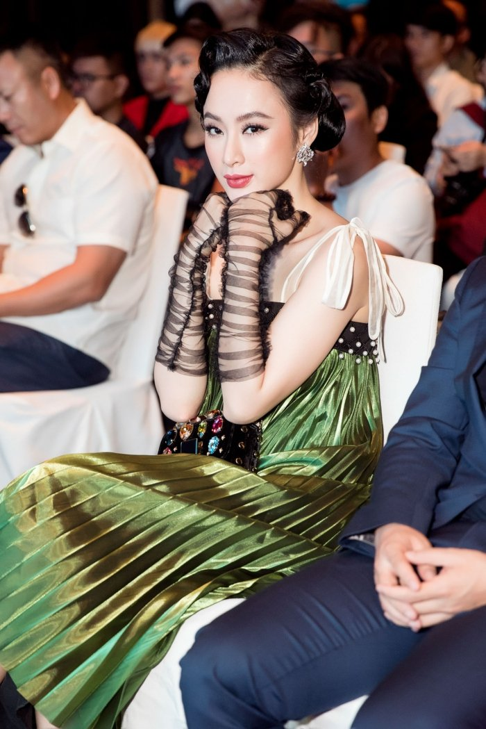 Angela Phuong Trinh hoa thanh quy co kieu ki, khoe vai tran quyen ru hinh anh 2