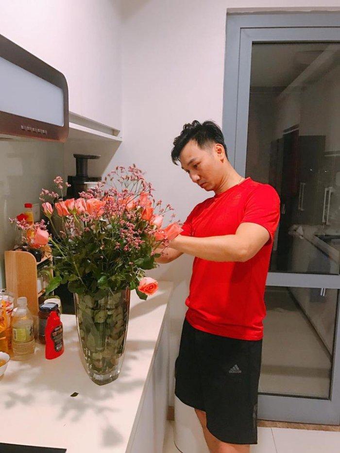 MC Thanh Trung khien hoi chi em 'lim tim' khi tu tay cam hoa tang vo ngay 8/3 hinh anh 3