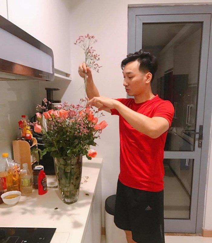 MC Thanh Trung khien hoi chi em 'lim tim' khi tu tay cam hoa tang vo ngay 8/3 hinh anh 4