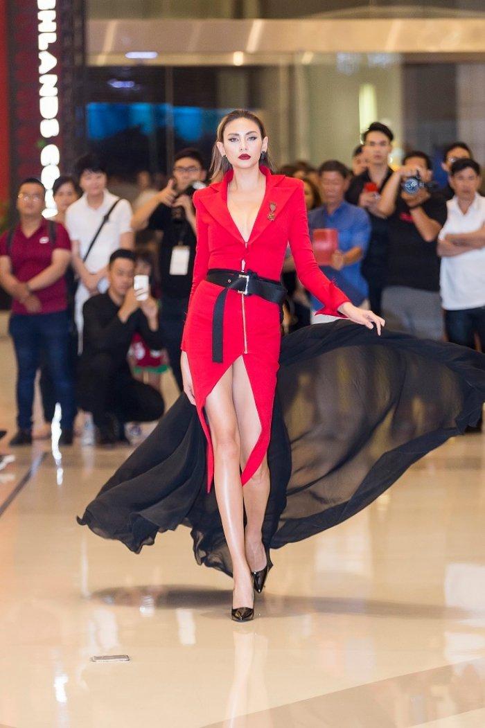 Quan quan Next Top Huong Ly, Ngoc Chau do dang goi cam ben Vo Hoang Yen hinh anh 10
