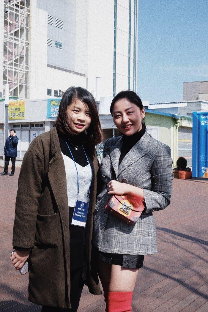 Van Mai Huong - Binh An tay trong tay den gap 'than chet' Lee Dong Wook hinh anh 5