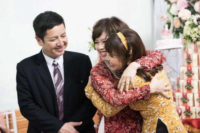 Vo chong Chi Trung tuoi cuoi rang ro trong le an hoi con trai hinh anh 7