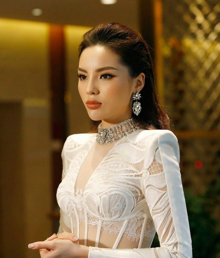 Dung mao thay doi cua cac Hoa hau: Khong dao keo ma do than thai, bam huyet, di ung hinh anh 1