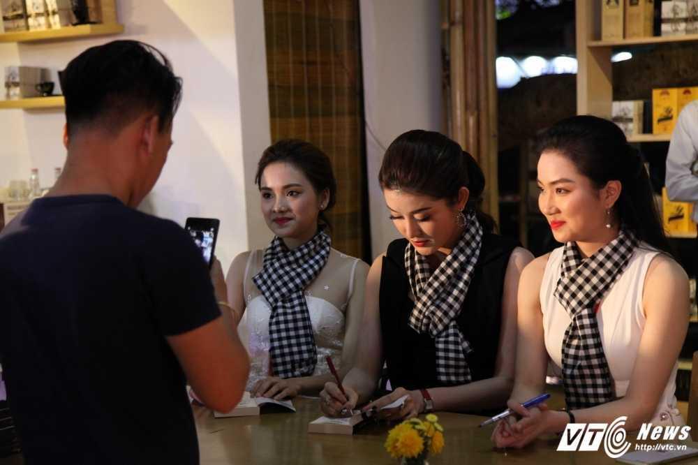 Hang nghin du khach do ve Le hoi ca phe Tay Nguyen 2017 hinh anh 2