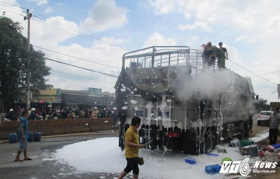Video: Xe tai cho hang hoi cho boc chay ngun ngut tren duong Ho Chi Minh hinh anh 1