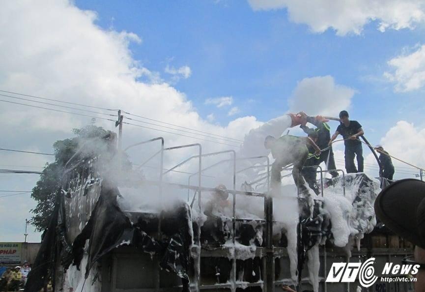 Xe hang bi chay tren duong Ho Chi Minh: Tai xe cam on nguoi dan Buon Ho hinh anh 2