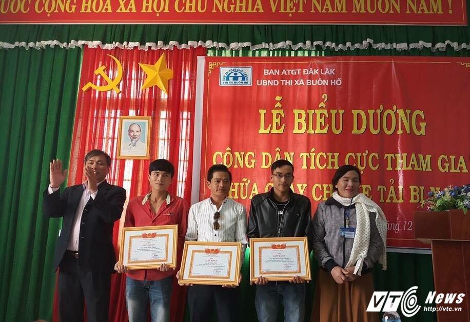 Trao giay khen cho nguoi dan cuu xe hang bi chay tren duong Ho Chi Minh hinh anh 1