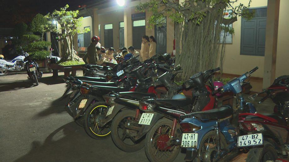 Canh sat ngan gan 100 thanh nien dua xe dem Giang sinh: Tai xe ho to xin nhan loi hinh anh 2