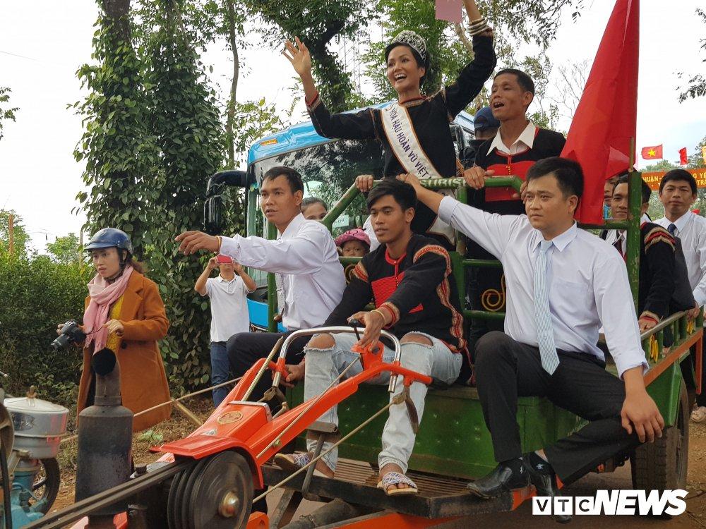 Xe cong nong cho Hoa hau hoan vu H'Hen Nie gap su co tren duong ve buon hinh anh 4