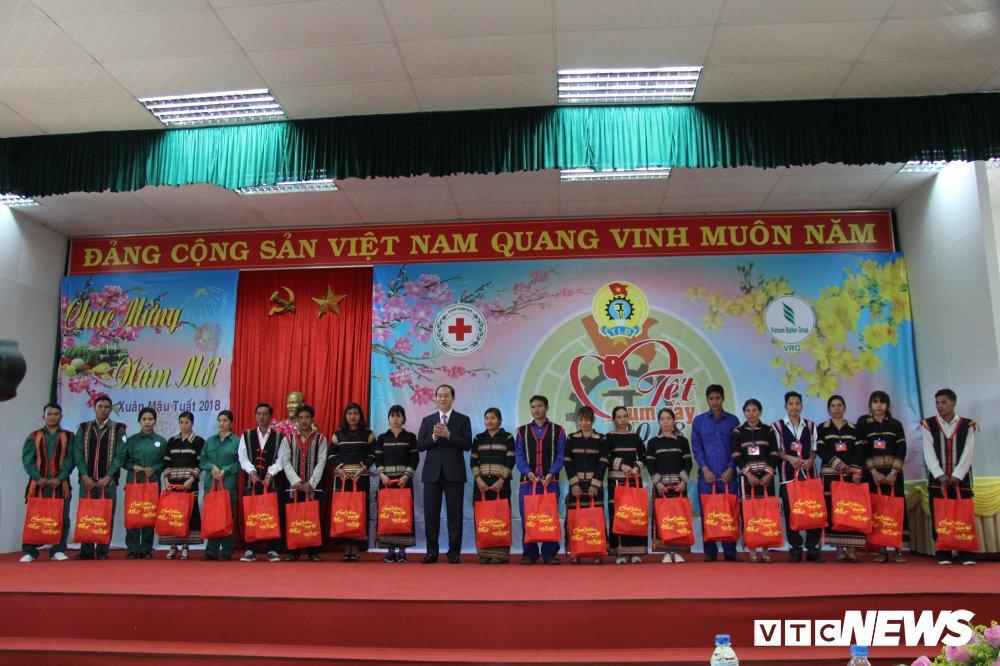 Chu tich nuoc chuc Tet va lam viec tai Tay Nguyen hinh anh 2