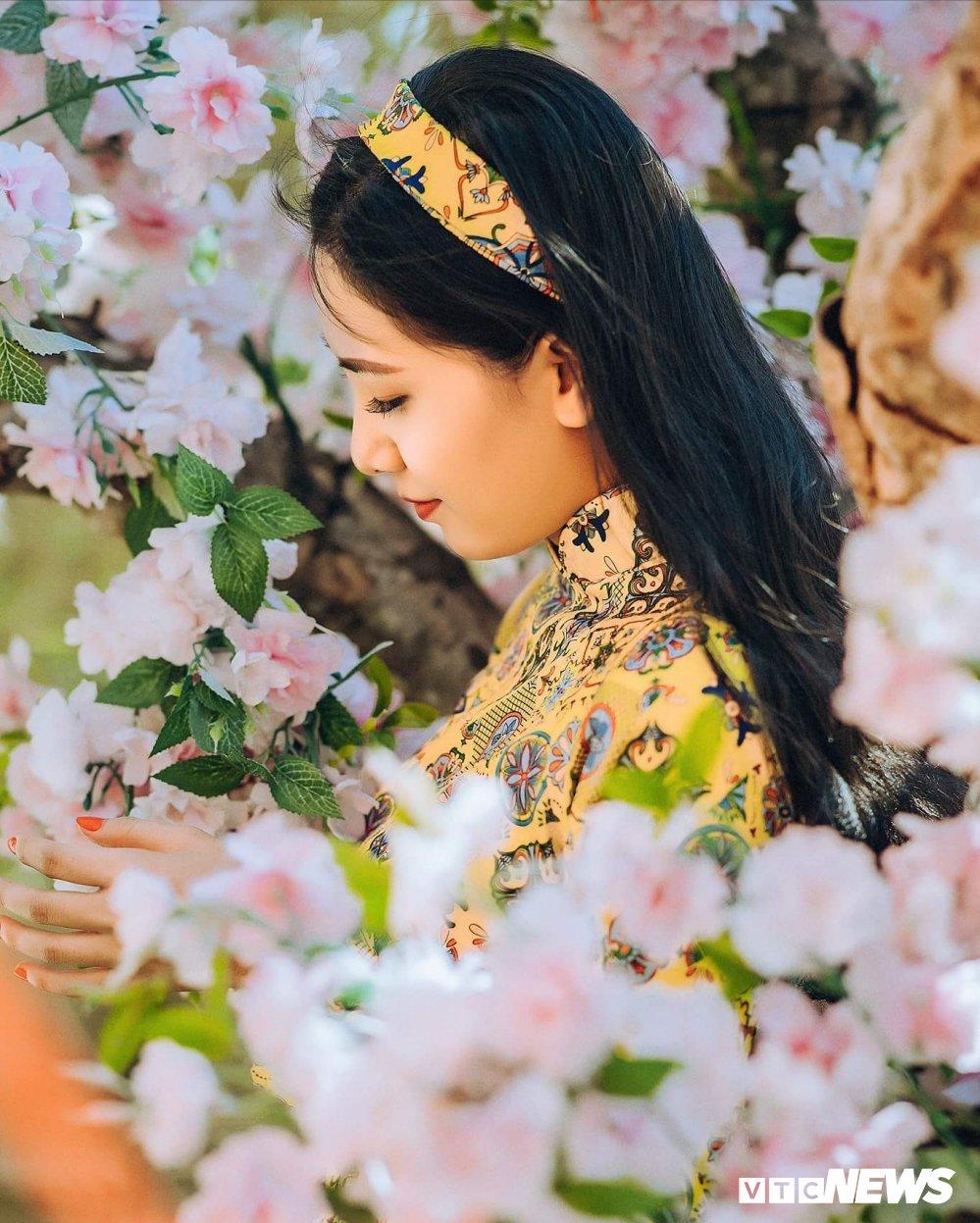 Hot girl Sai thanh khoe sac ben hoa mai hinh anh 3