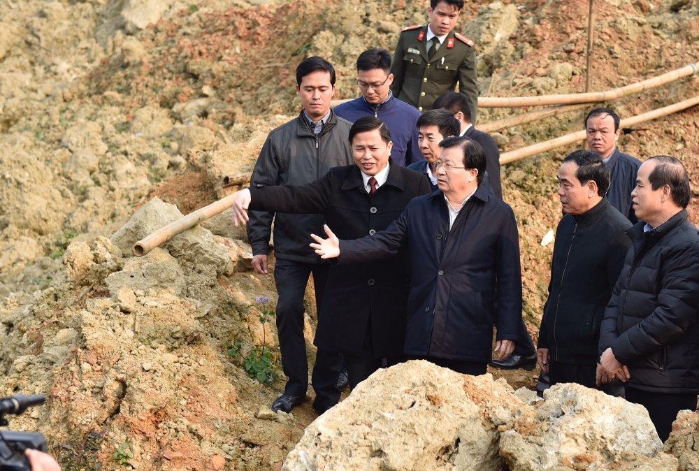 Pho Thu tuong tham va trao qua Tet cho nguoi dan vung bi sat lo dat o Hoa Binh hinh anh 1