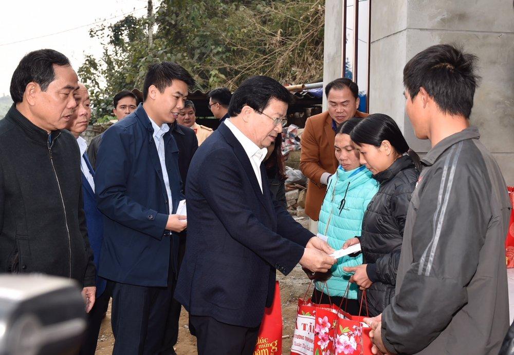 Pho Thu tuong tham va trao qua Tet cho nguoi dan vung bi sat lo dat o Hoa Binh hinh anh 2