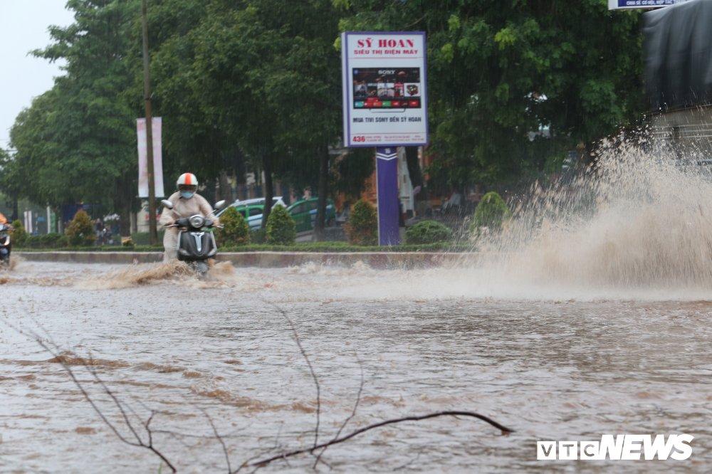 Mua lon tai Dak Lak, nhieu o to, xe may 'chet chim' tren duong Ho Chi Minh hinh anh 5