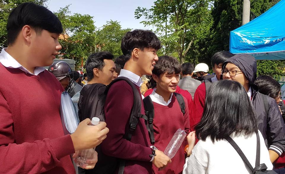 2 thi sinh o Lam Dong phai nhap vien khi dang lam bai mon Ngu van hinh anh 1