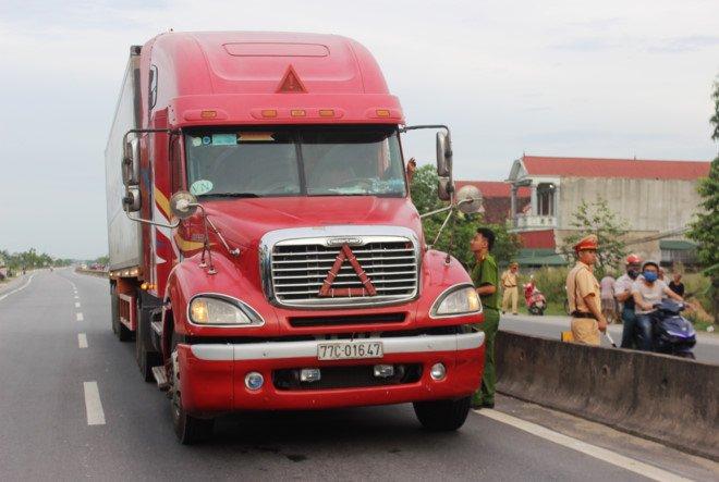 CSGT Ha Tinh bi hat vang khi bam kinh xe dau keo container: Nhan chung bang hoang ke lai hinh anh 2