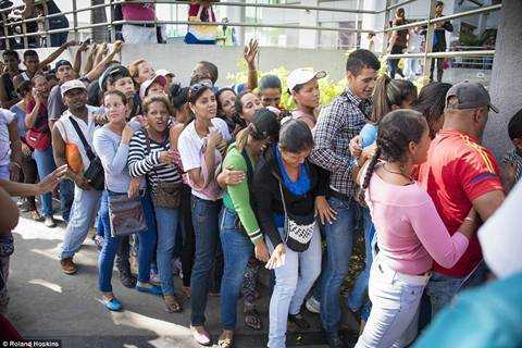 Venezuela trong con khung hoang: Nguoi boi rac tim do an, ke ung dung uong ruou manh hinh anh 11