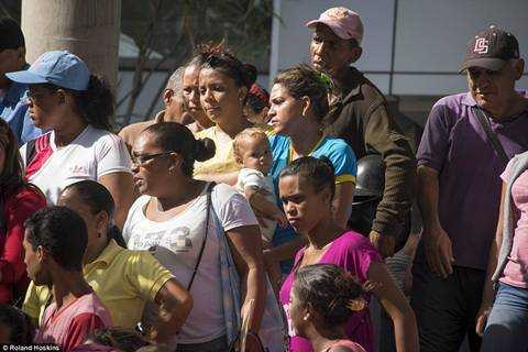 Venezuela trong con khung hoang: Nguoi boi rac tim do an, ke ung dung uong ruou manh hinh anh 10