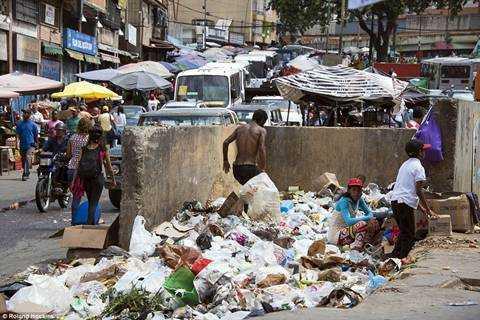 Venezuela trong con khung hoang: Nguoi boi rac tim do an, ke ung dung uong ruou manh hinh anh 9