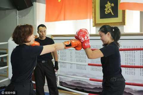Anh: Tiep vien hang khong Trung Quoc dien do bo tap Vinh Xuan quyen hinh anh 5