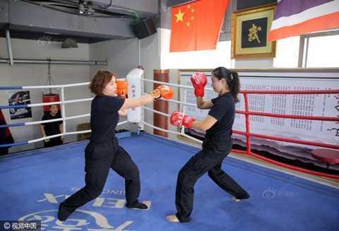Anh: Tiep vien hang khong Trung Quoc dien do bo tap Vinh Xuan quyen hinh anh 6