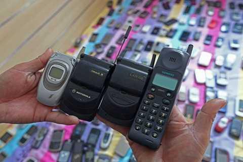 Bo suu tap 3.000 dien thoai, tu 'cuc gach' den iPhone thoi thuong hinh anh 2