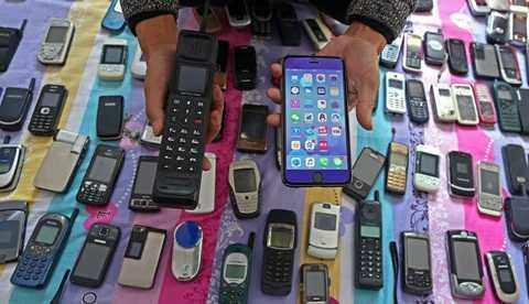 Bo suu tap 3.000 dien thoai, tu 'cuc gach' den iPhone thoi thuong hinh anh 3