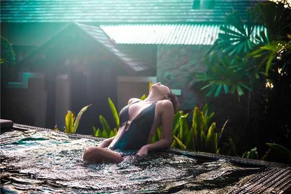 Toc Tien dien bikini, tung tang giua nang vang, bien xanh hinh anh 9