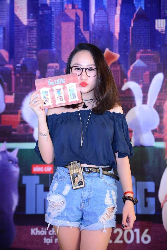 Hot girl Mi Van mac ao hai day, dan con gai di xem phim hinh anh 5